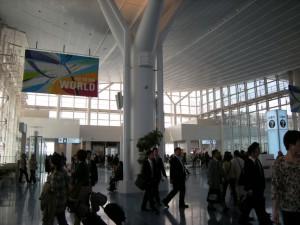3.出発ロビー入口よりモノレール駅と京急駅を見る