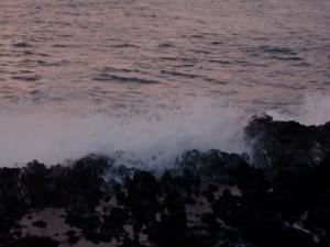 夕闇迫る西側はまだ大波でした。