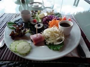 サラダ・バー:米も野菜の一種と見るためか、海苔巻きが入っている。