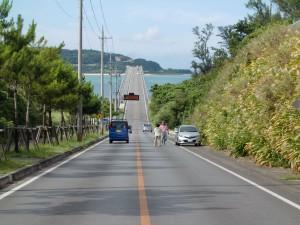 取付道路から古宇利大橋を見る