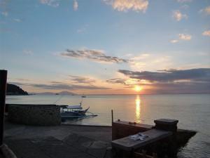 ダイビング用バンカーボートと夕日