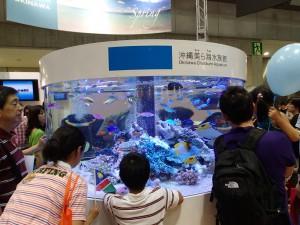 沖縄ブースにて (熱帯魚水槽は最近のお決まりです。)