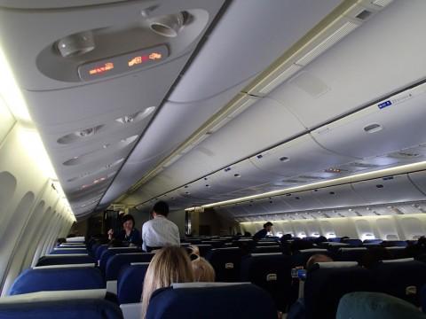 ユナイテッド航空B777機内-スクリーンも何もない機内はちょっと新鮮?