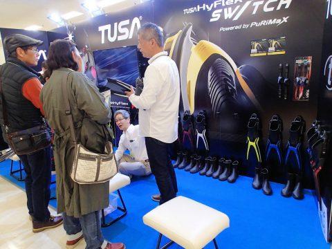TUSAブースは新作の分割可能フィンの宣伝!